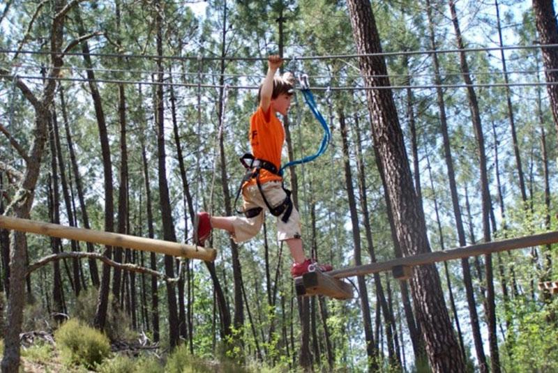 Parcours accrobanche Famille à Rustrel dans le Luberon - Colorado Aventures